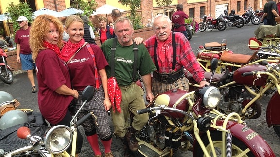 Vierköpfige Familie posiert neben Böhmerländer-Motorrad