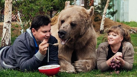 Das russische Ehepaar Svetlana und Yuriy Panteleenko zieht zuhause einen Braunbären auf