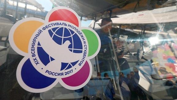 Das Logo der Weltfestspiele der Jugend in Sotschi 2017 ist auf einer Scheibe zu sehen.