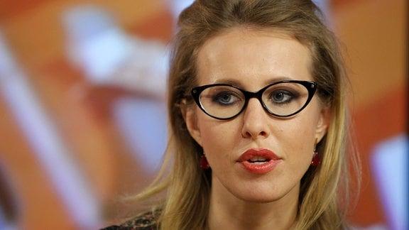 Die Journalistin Xenia Sobtschak (l) spricht am 18.01.2012 in Moskau (Russland) einInterview.