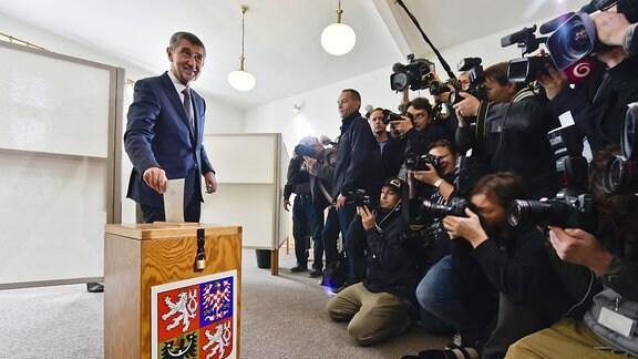 Andrej Babis (l), gibt am 20.10.2017 in Pruhonice (Tschechien) im Rahmen derParlamentswahl seinenStimmzettel ab.
