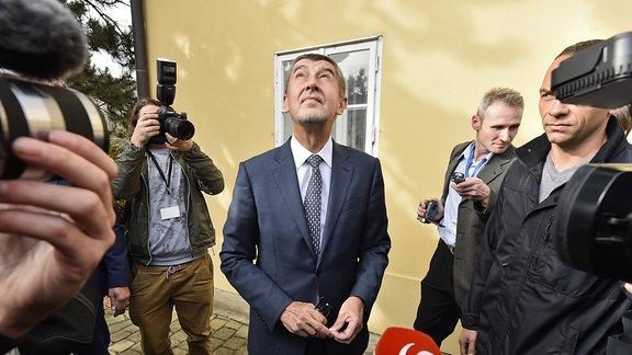 Der Vorsitzende der Partei ANO, Andrej Babis, kommt am 20.10.2017 in den Gemeindeamt in Prùhonice (Tschechien) im Rahmen der Stimmabgabe zur Parlamentswahl.