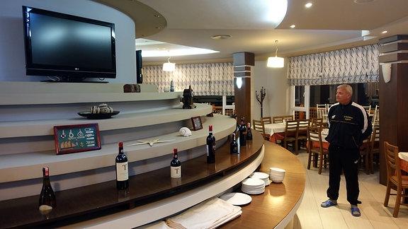 Kujtim Roçi im Restaurant seines Hotels, dessen Weinbar auf dem Dach eines Bunkers steht in Golem, Albanien