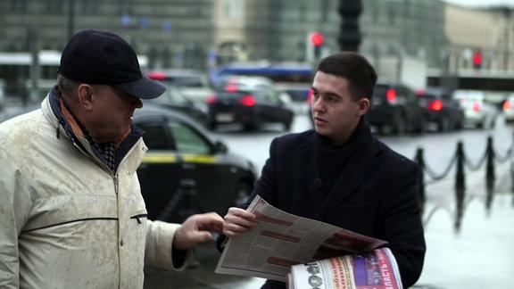 Jungkommunist Iwan Zhangli im Gespräch mit einem Passanten