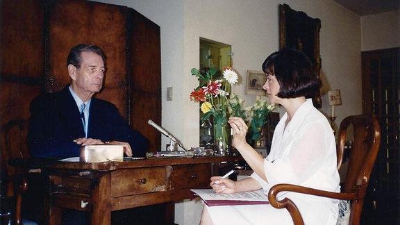 Rumänischer Ex-König Mihai und Journalistin Marilena Rotaru - 1997 bei Drehaufnahmen
