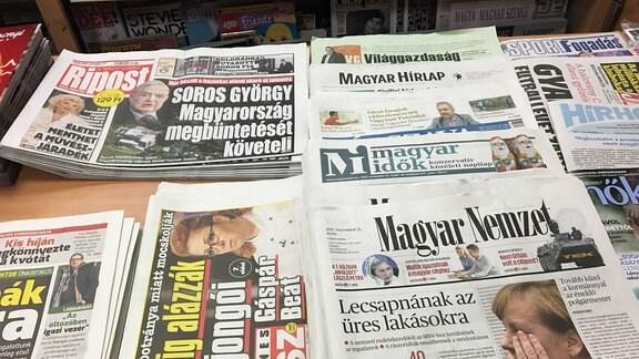 Zeitungen an einem Kiosk in Budapest