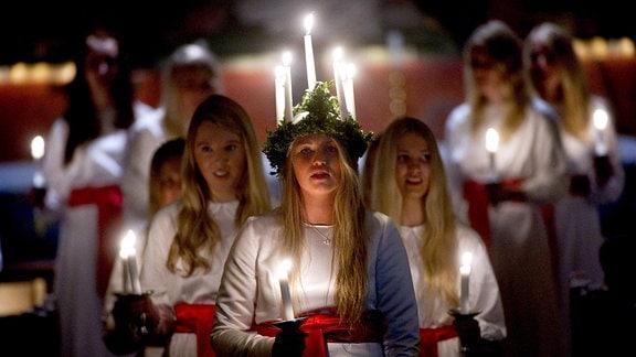 Junge Frauen beim Lichterfest in Stockholm
