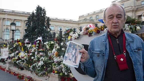 Bukarester Marian Cretu mit einem Foto von seinem Besuch beim König 1995