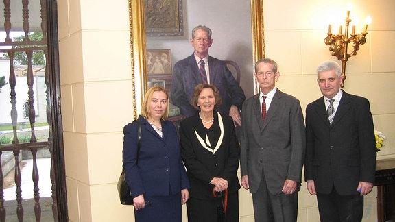 Historikerin Diana Mandache mit Ex-König Mihai (2. v.r.) und dessen Ehefrau Ana (2.v.l.)