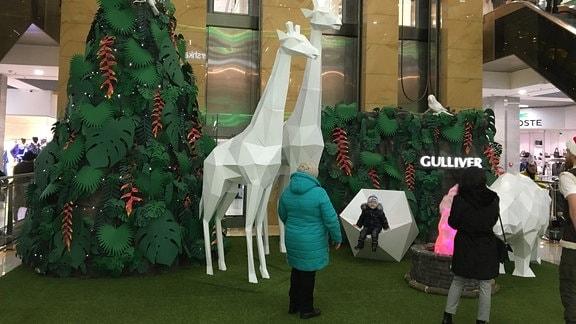 Weihnachtsschmuck in einem Einkaufszentrum in Kiew