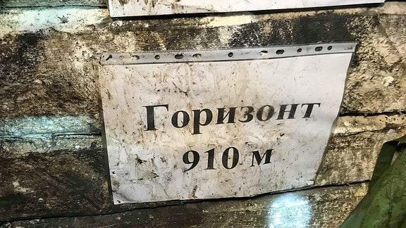 Tiefenanzeige Schild zeigt in ukrainischer Sprache, dass es 910 Meter bis zur Überfläche sind