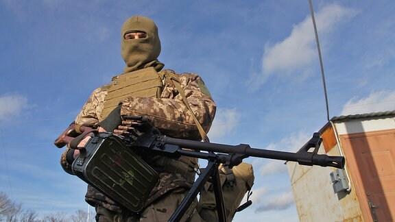 Bewaffneter und maskierter Soldat