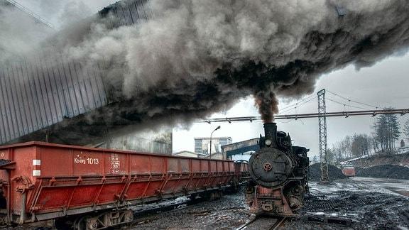 """Böse qualmt die Verschublok 83-159 in der """"Separation"""" Oskova, wo die Rohkohle sortiert und gewaschen wird."""