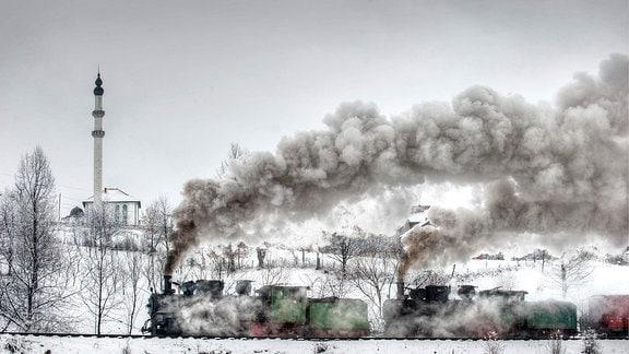 Noch betriebsfähigen Loks der Baureihe 83 vor dem Minarett bei Grivice.