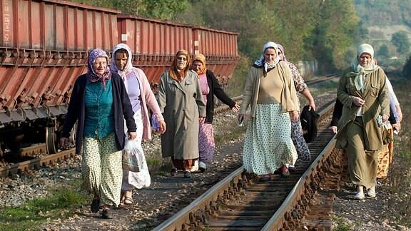 Bosnische Landfrauen nutzen die Bahnstrecke als Abkürzung ihres Weges zu ihren Gemüseparzellen