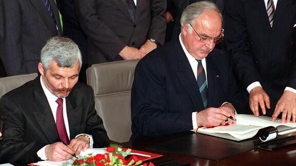 Bundeskanzler Helmut Kohl (r) und der polnische Ministerpräsident Jan Krzysztof Bielecki (l)