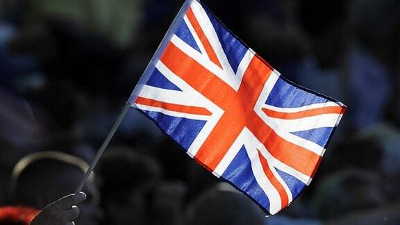 Frau hält eine britische Flagge in der hand