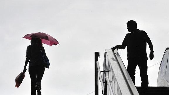 ein Mann und eine Frau an einer Treppe