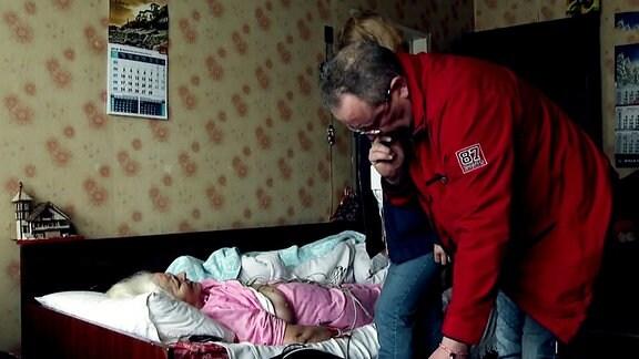 ein Arzt behandelt eine Patientin