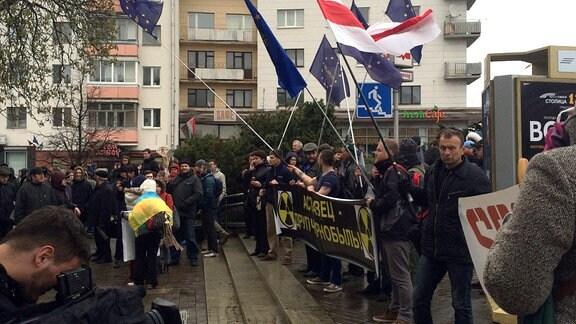Junge Leute demonstrieren, um an die Nuklearkatastrophe von Tschernobyl zu erinnern.