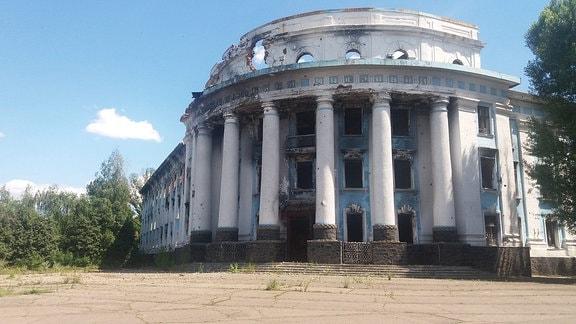 Das beschädiigte Gebäude der Fabrik von Jasinowataja von Donezk