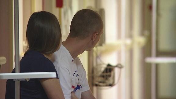 Ein Pärchen sitzt im Wartesaal eines Krankenhauses