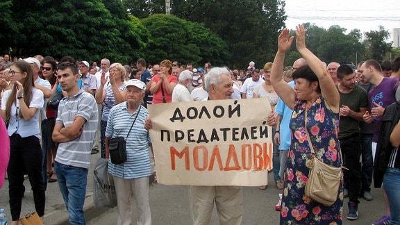 Demonstration in Chisinau. Auf dem Protestschild steht Nieder mit den Verrätern