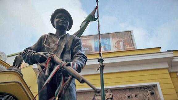 Die Statue eines Mannes mit einem Gewehr
