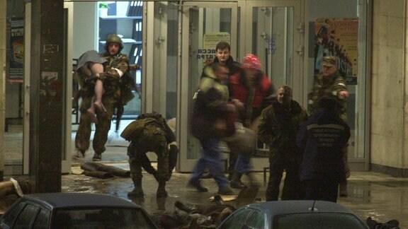 russische Einsatzkräfte während der Geiselnahme