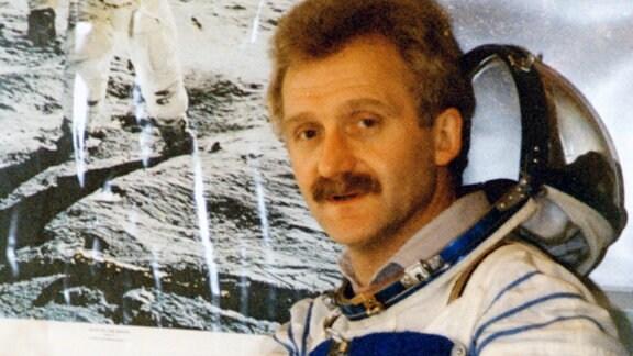 Tasillo Römisch 1995 vor Foto von US-Astronauten Buzz Aldrin
