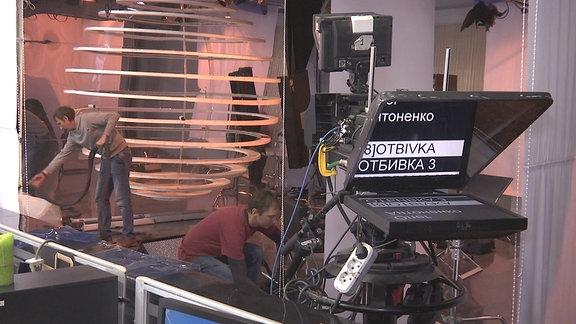 Menschen arbeiten in einem Fernsehstudio