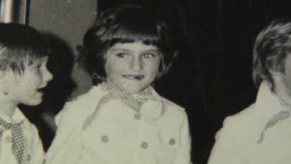 Aufgewachsen im kleinen slowenischen Örtchen Sevnica, lebt sie mit ihrem Vater, ein Mitglied der kommunistischen Partei, ihrer Mutter und der großen Schwester in bescheidenen Verhältnissen.