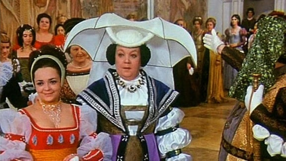 Die Stiefmutter mit Dora auf dem Ball des Königs.