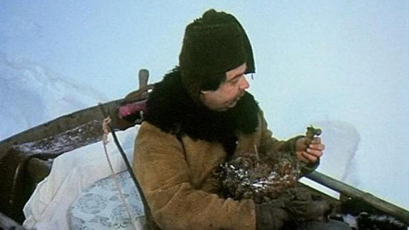 Der Prinz schießt dem Diener Vicek ein Vogelnest vom Baum. Darin findet Vicek 3 Haselnüsse.