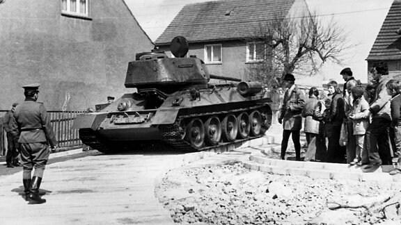 Der Panzer rollt die ersten Meter auf der eigens dafür gebauten Betonstraße