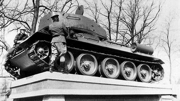 Der T34 steht auf dem Sockel - letzte Inspektion.