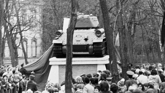 Die feierliche Enthüllung des T34 und Einweihung als Denkmal der Befreiung am 24. April 1975