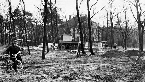Erster Bauabschnitt des Sockels für den Panzer im Park von Beilrode