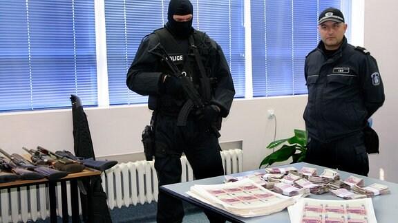 Zwei Polizisten und mehrere Geldscheine.