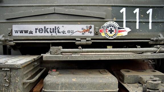 Die Zahl 111 auf einem Panzer