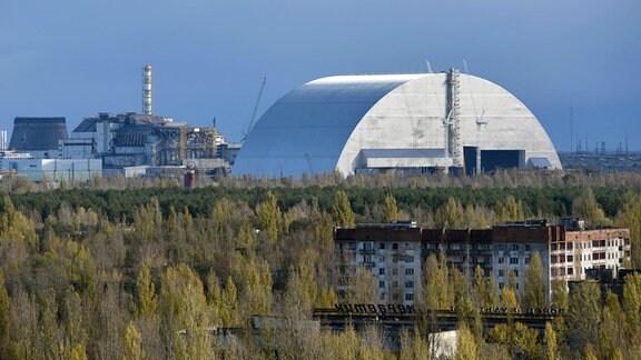 Tschernobyl: gigantische Schutzhülle aus Stahl über dem Unglücksreaktor