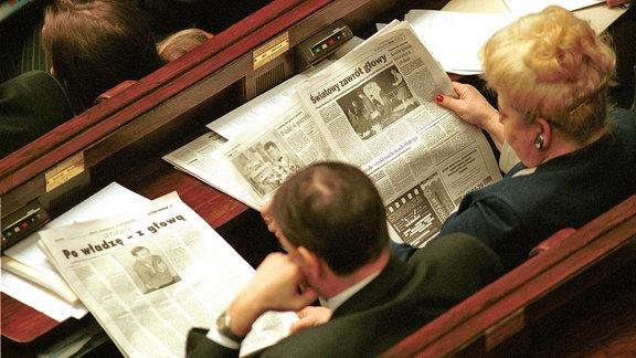 Zeitungslesende Parlamentarier während einer Tagung des polnischen Parlaments in Warschau