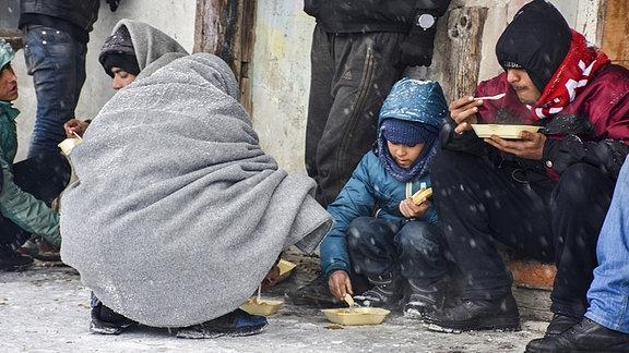 Kinder essen auf der Straße