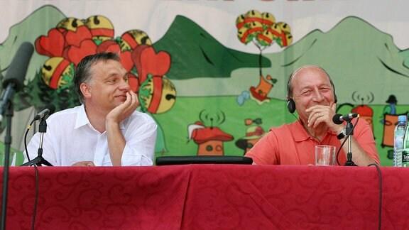 Traian Basescu (R) und der der ungarische Ministerpräsident Viktor Orban (L)