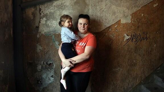Mutter mit Kind in einem Hausflur im polnischen Walbrzych
