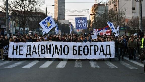 Protestmarsch Mitte Februar gegen Belgrad Waterfront. Auf dem Plakat steht:  Wir geben Belgrad nicht her.