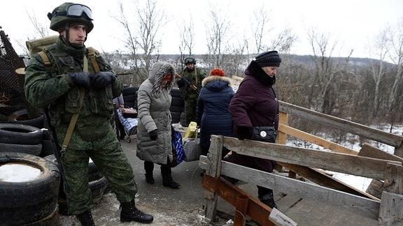 Checkpoint Stanitsa Luganskaya, zwischen der selbsternannter Republik Lugansk und der Ukraine