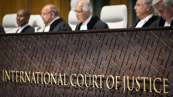 Schriftzug des IGH (Internationaler Gerichtshof) in Den Haag