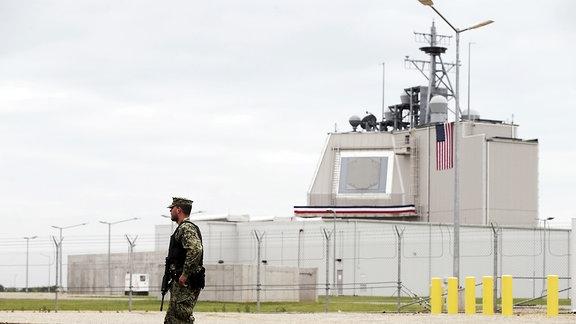 Ein US-Soldat steht in Deveselu in Rumänien vor der ersten Abwehrbasis für das Nato-Schutzschild