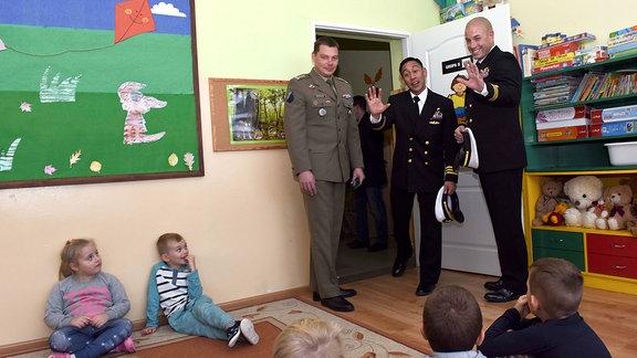 Amerikanische Militärs zu Gast in polnischer Schule in Redzikowo.